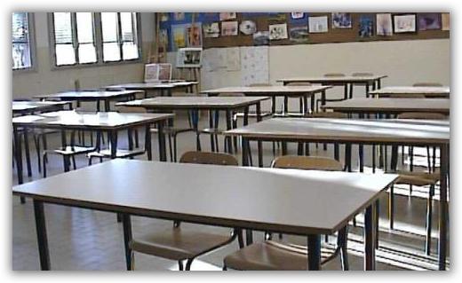 banchi vuoti scuola aula