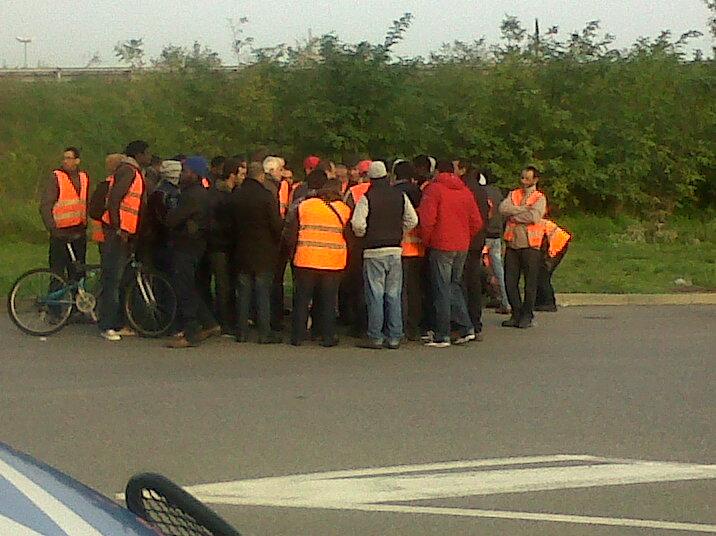 I facchini riuniti questa mattina davanti all'ingresso Ikea