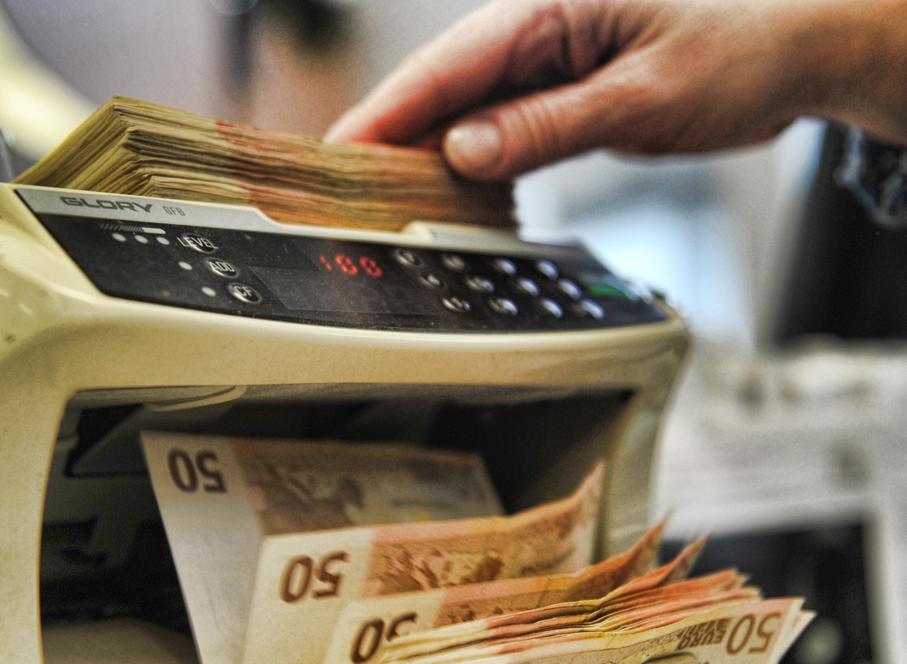 Paga con una banconota da 50 euro falsa, albanese di 28 anni denunciato