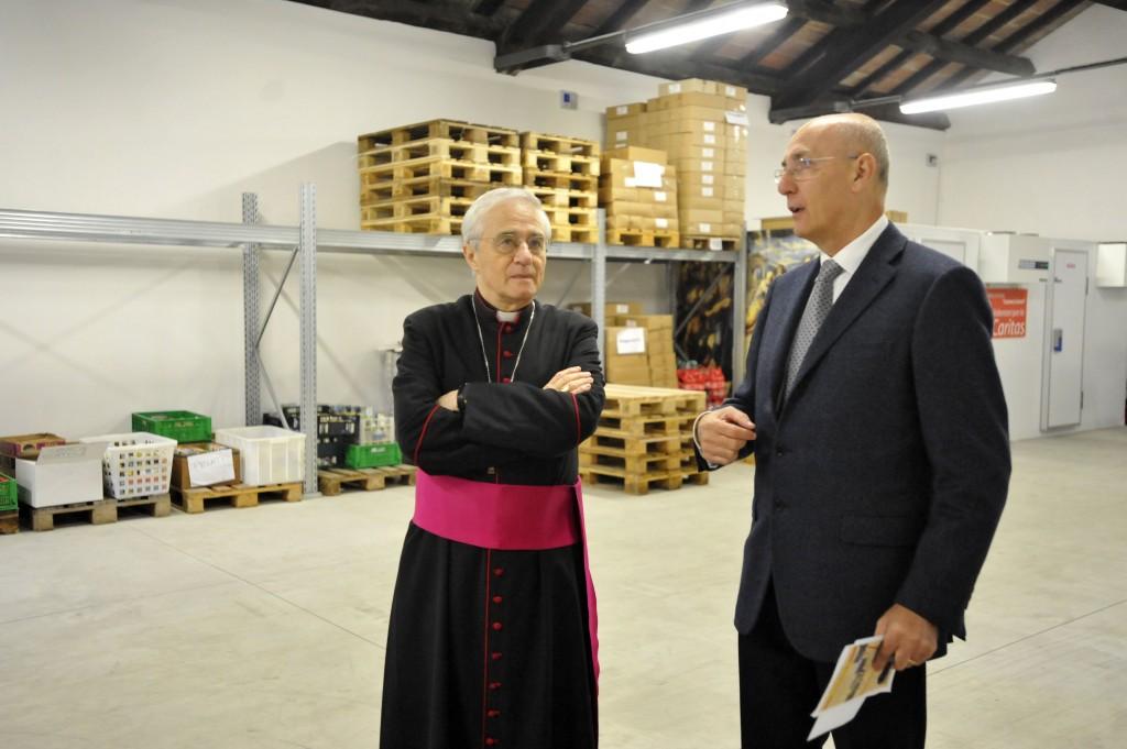 Il vescovo Ambrosio e il direttore della Caritas Chiodaroli al centro Samaritano