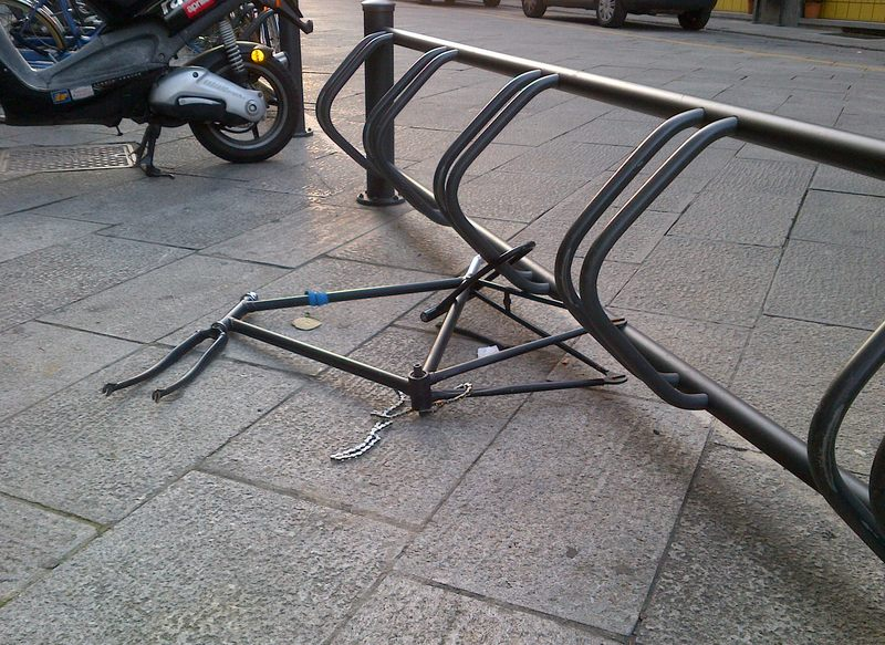 """Amolabici: """"Le nostre rastrelliere un invito per i ladri"""". Ciclisti alle prese con furti e piste ciclabili pericolose"""