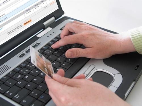 Ruba i dati di carta di credito a una anziana e acquista due cellulari: denunciato