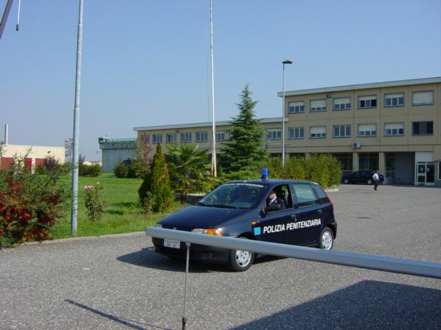 L'uscita della polizia penitenziaria dal carcere delle Novate