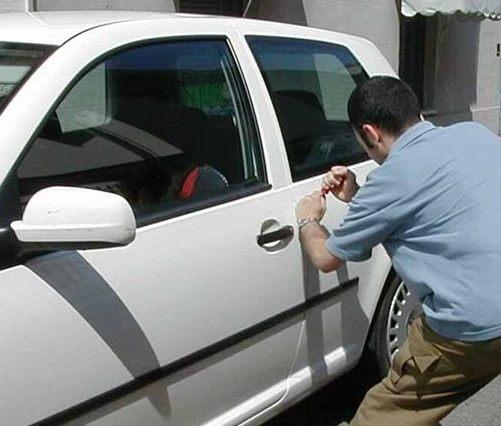 ladro furto auto