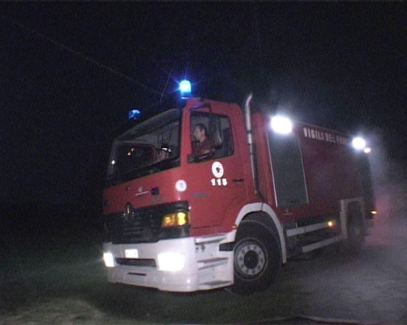 Incendio in una cascina a Settesorelle, balloni e attrezzi tra le fiamme