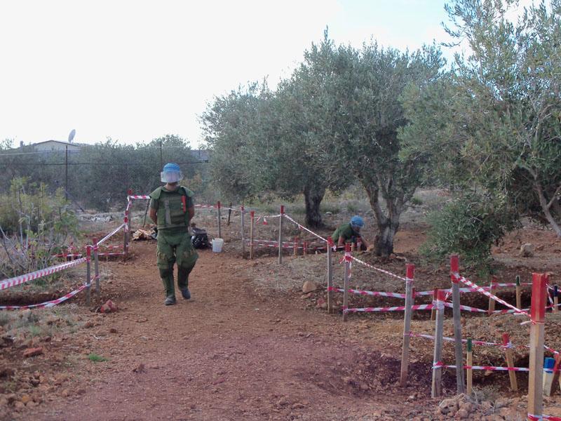 Militari del Genio Pontieri impegnati in attività di sminamento