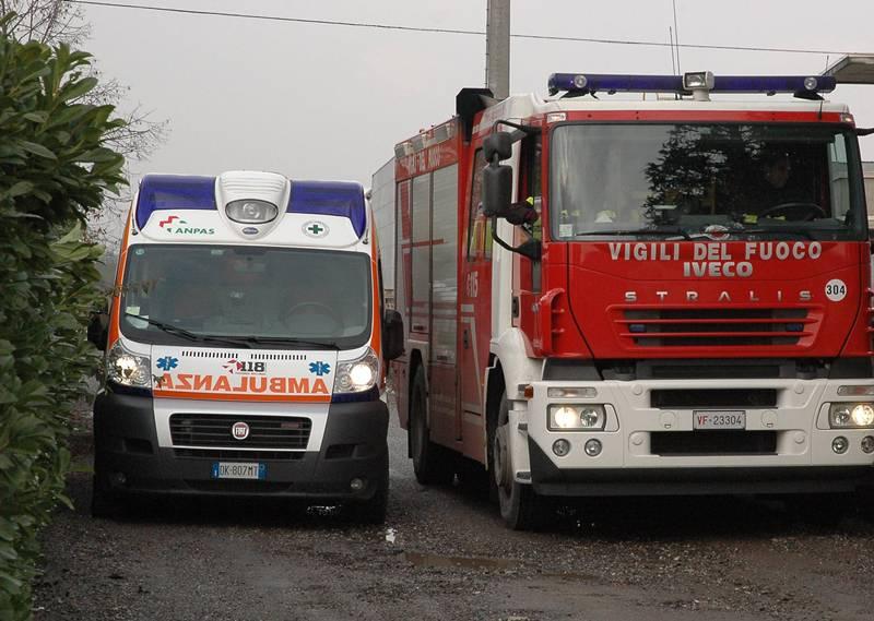 Grazzano Visconti, sbandata sulla strada. Pick-up carico di ferro abbatte un lampione