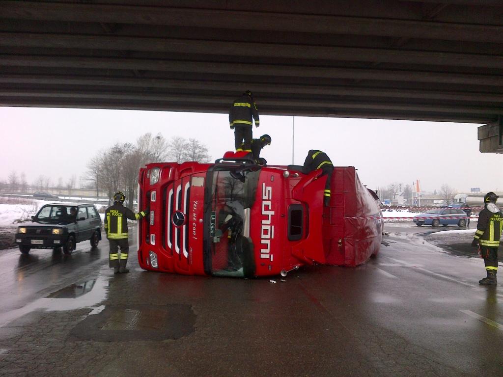Camion ribaltato sotto al cavalcavia di Le Mose. Illeso il conducente