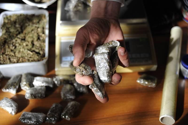 Corriere della droga bloccato al casello: 2 kg di hashish sotto il sedile