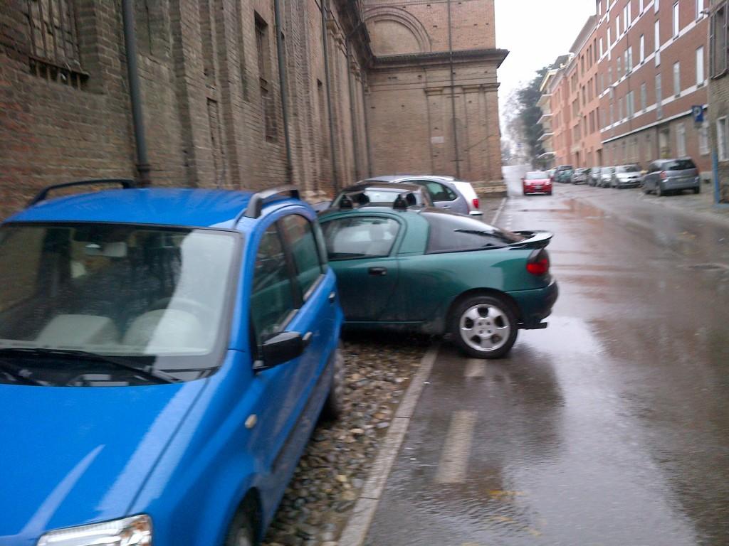 Parcheggio selvaggio in via Giordani