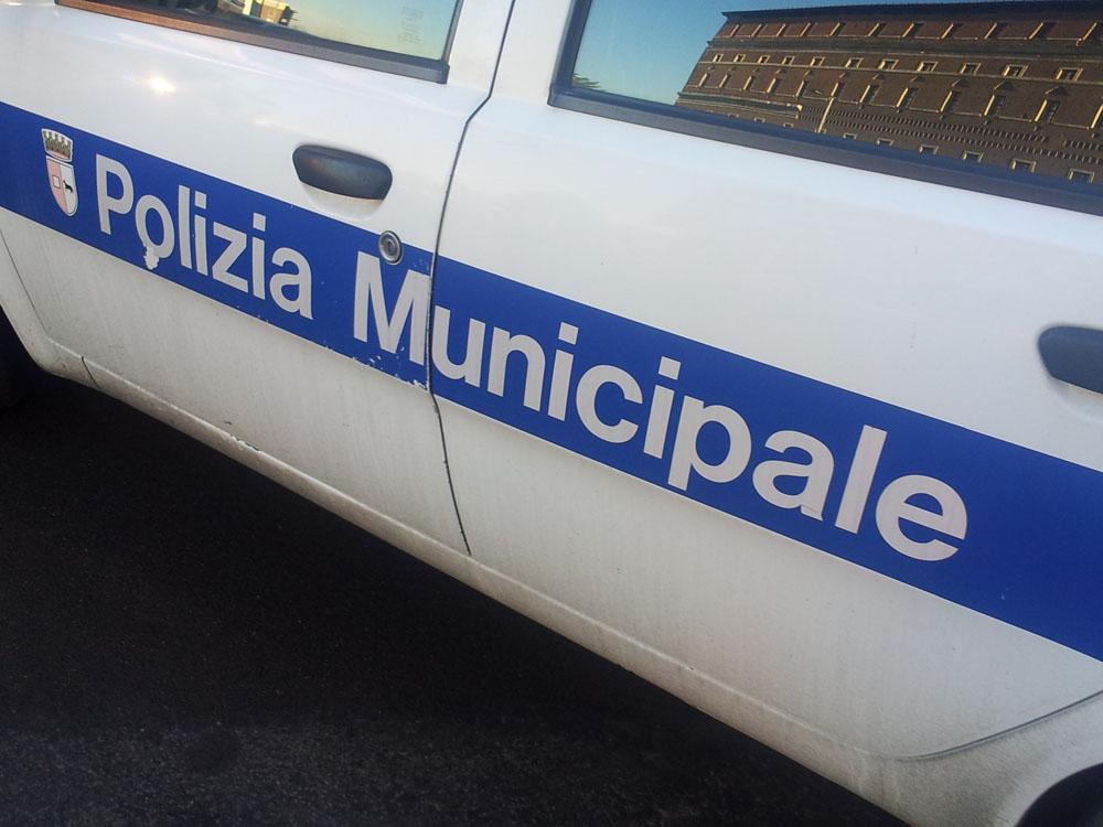 Omissione di soccorso in via Manfredi: 24enne denunciato dalla polizia municipale