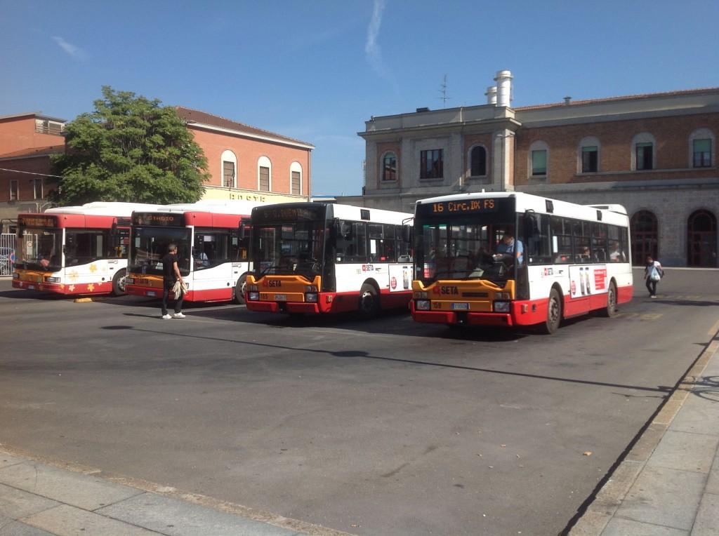 Autobus fermi alla stazione