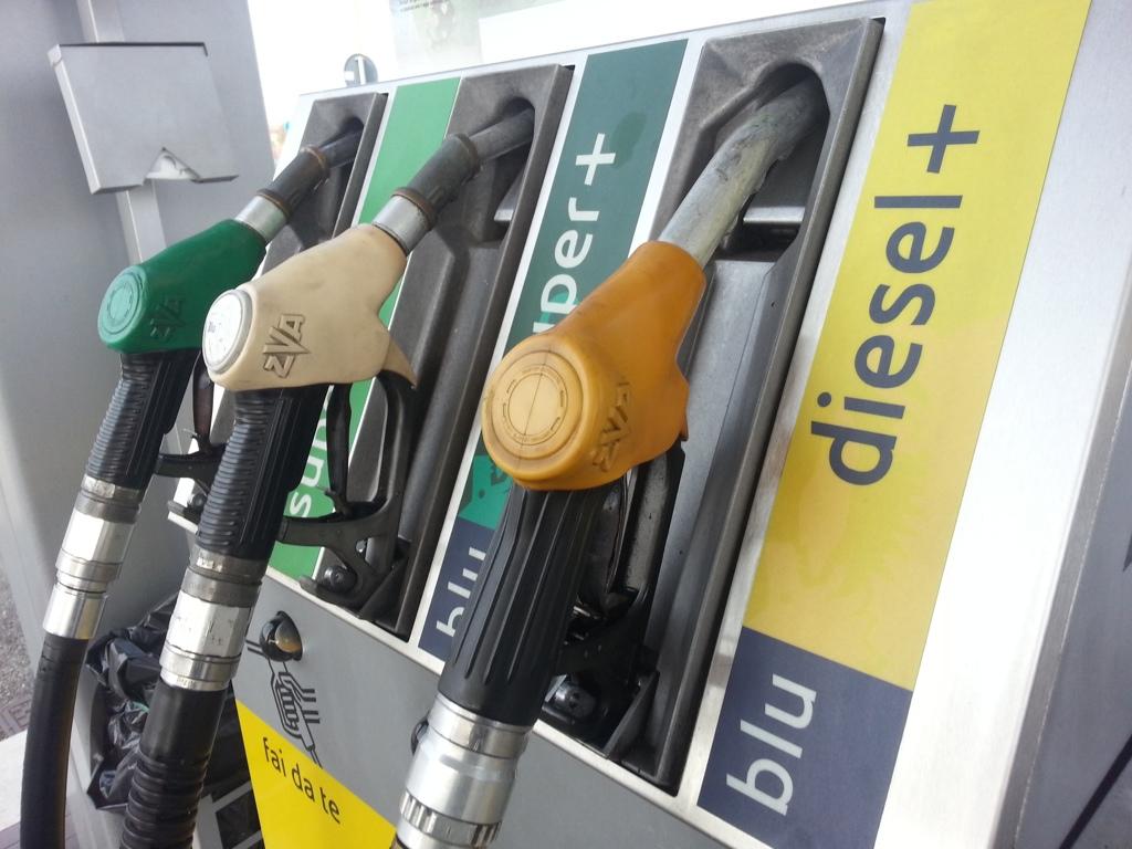 """L'allarme dei benzinai: """"Terrorizzati dalle rapine"""""""