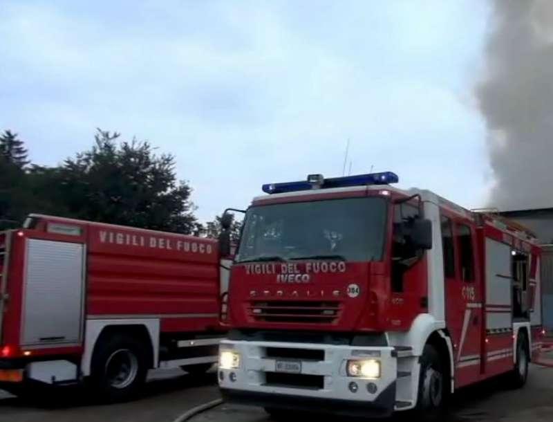 Incendio a Castel San Giovanni, arrivano i pompieri da Piacenza. E' polemica