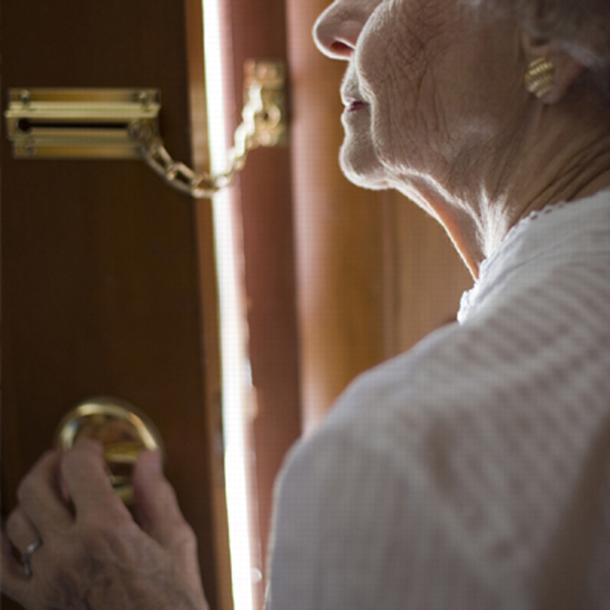 Colpiscono ancora finto carabiniere e complice: derubate due pensionate di 89 e 86 anni