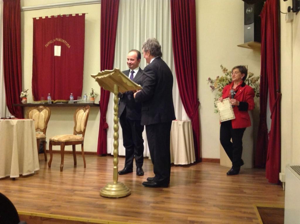 Danilo Anelli, razdur della Famiglia Piasinteina, ha consegnato il premio del piacentino benemerito 2013 a Franco Anelli, rettore dell'università Cattolica