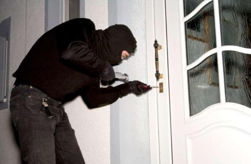 Campremoldo, ladri in cascina. Forzano la porta con il piccone e rubano contanti