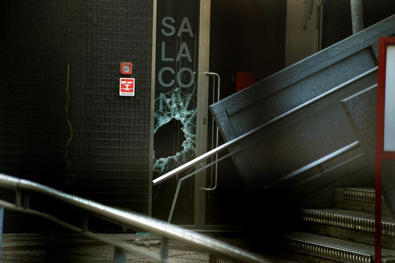 Cgil - porta danneggiata