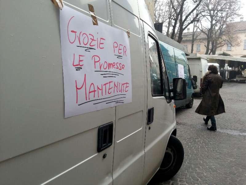 Via Sopramuro, ambulanti chiusi per protesta (5)-800