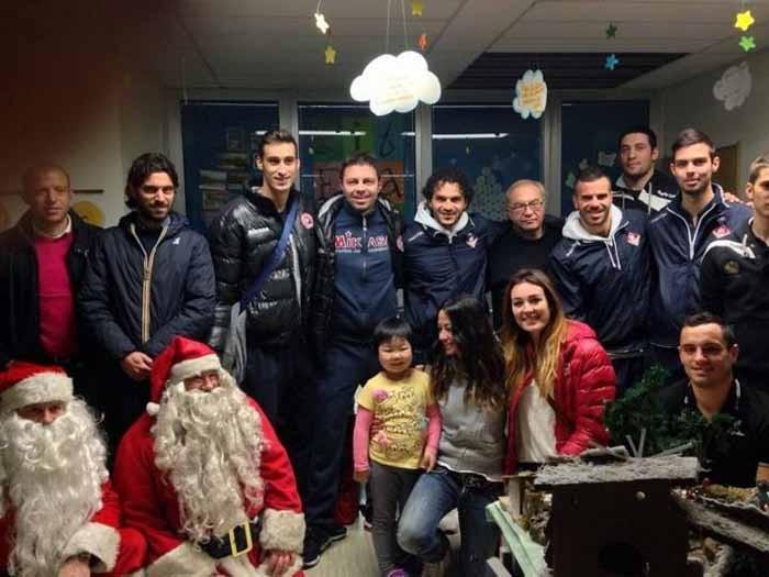 Foto di gruppo per gli sportivi piacentini in visita al reparto di ortopedia