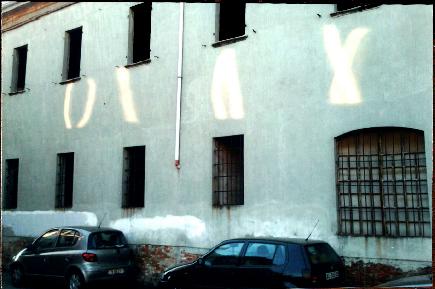 Proiezione luminosa su un palazzo piacentino nel 2011