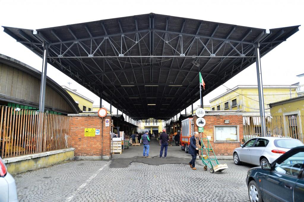 L'ingresso del mercato di via Colombo