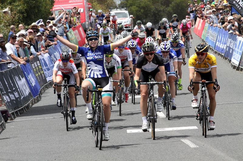 Giorgia Bronzini, in maglia gialla a destra, seconda ieri in Australia