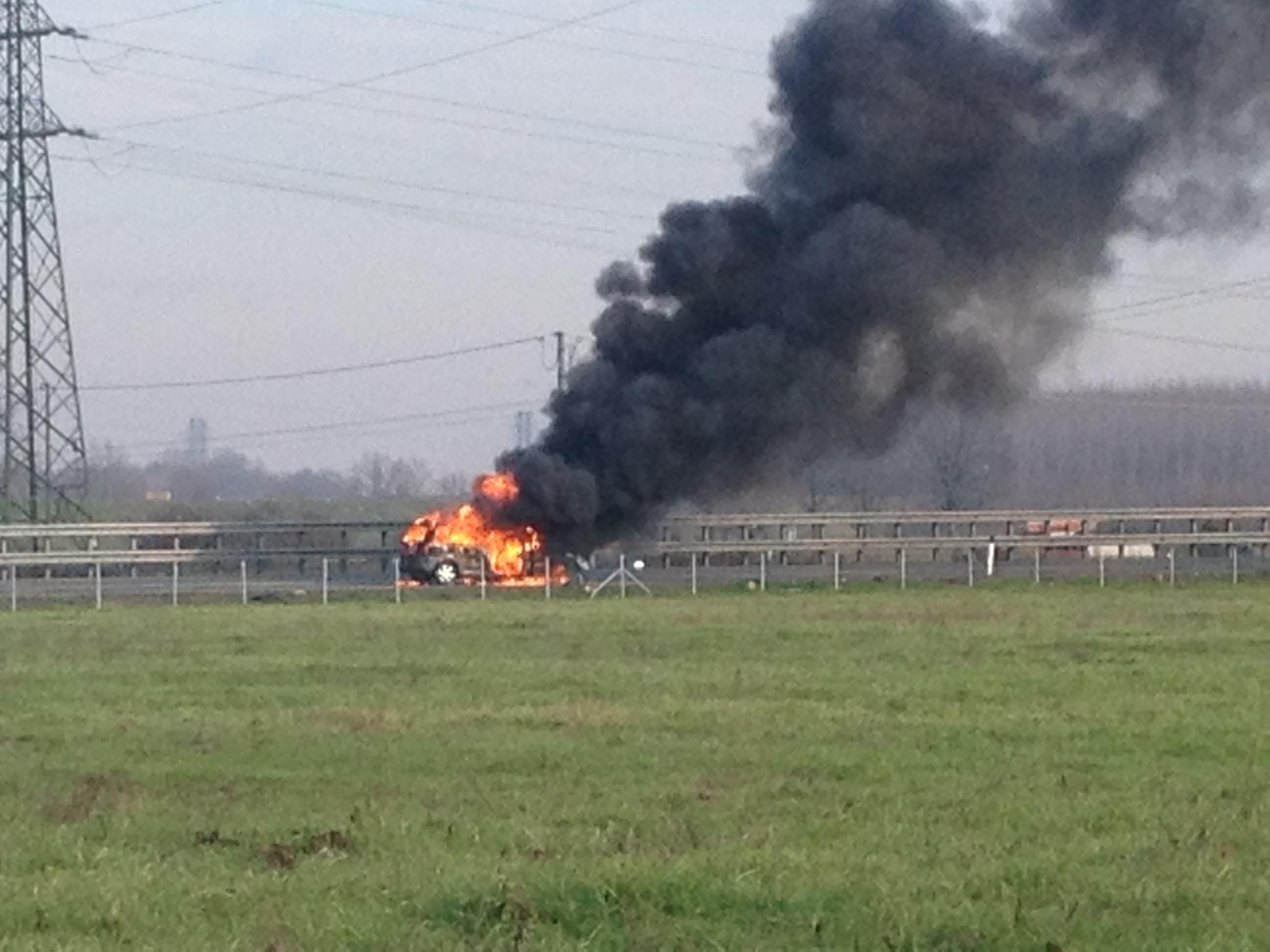 A1, auto si ribalta e prende fuoco. Illesi i 4 passeggeri
