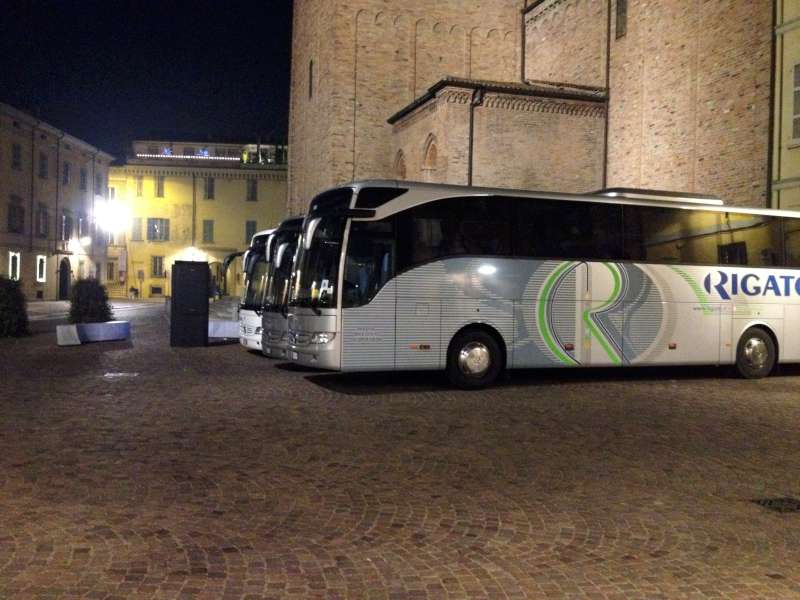 Pullman in piazza Sant'Antonino