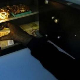 Minacce con coltelli, coppia rapinata in casa. Nel bottino 30mila euro
