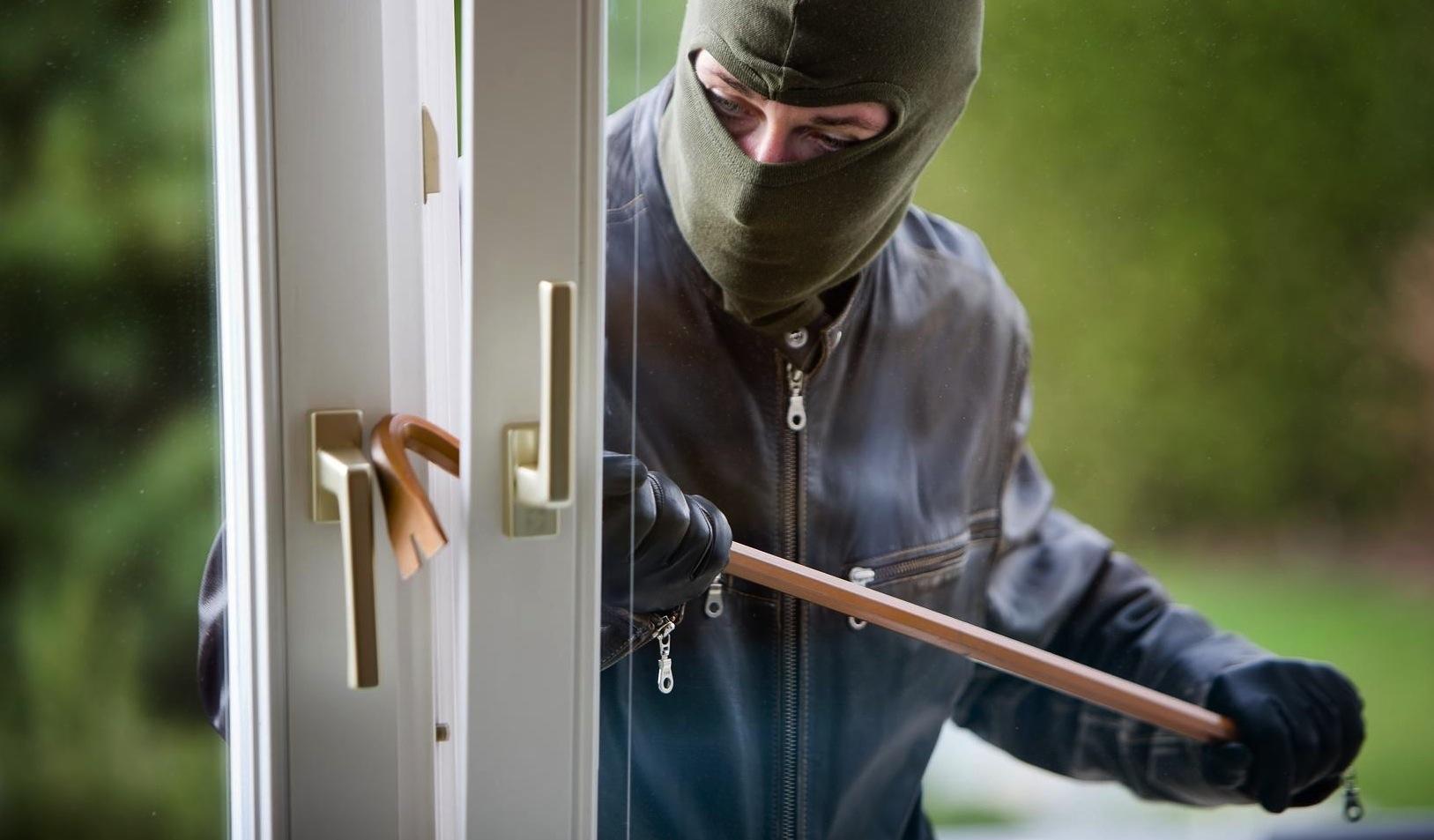 """Madre e figlia in casa, i ladri tentano di entrare: """"Terrore puro"""""""