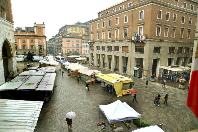 Mercato in Piazza Cavalli-800
