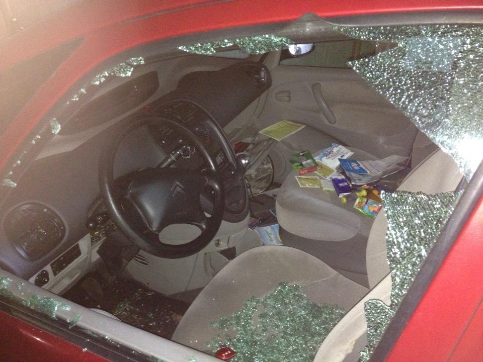 Furto in auto, vetro spaccato