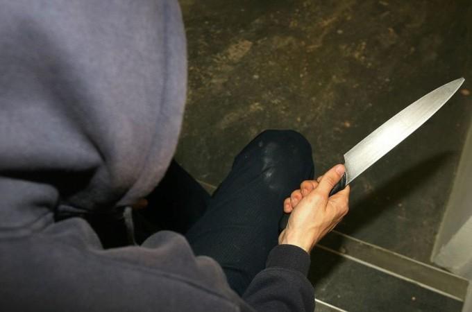 Tentativo di furto in appartamento: minacciato con il coltello dai ladri