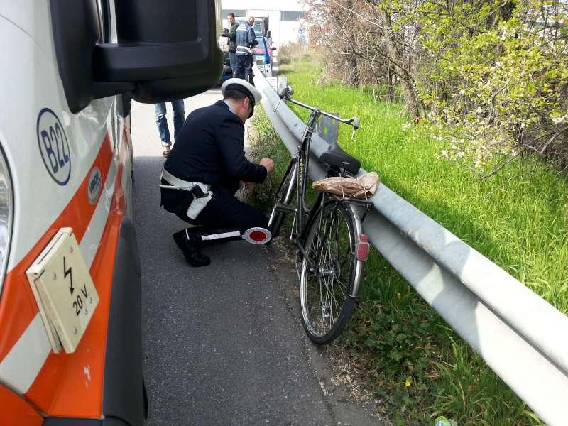 Ciclista investito in via Bertolini