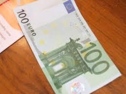 Tentano di comprare le sigarette con 100 euro falsi: scoperti, scappano