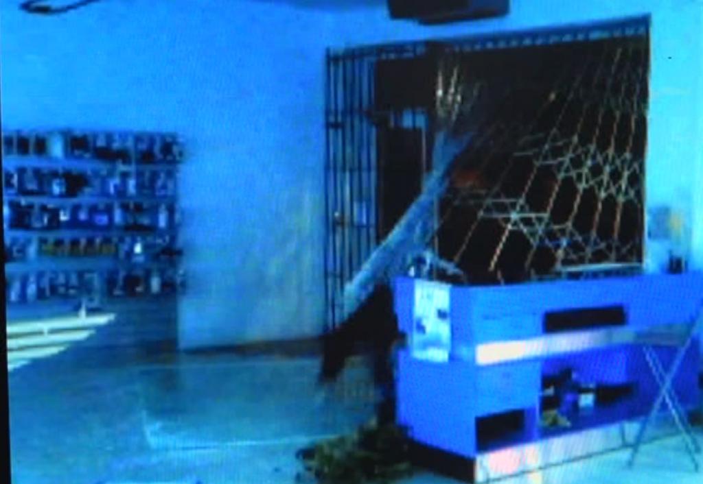 spaccata al negozio di telefonia di San Nicolò