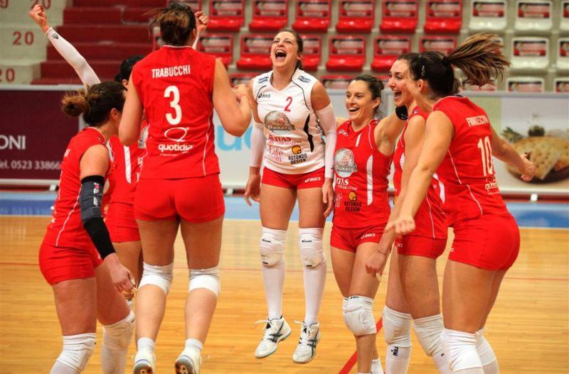 Le ragazze di Bakery Volley festeggiano la vittoria con Padova (foto: ufficio stampa Bakery)