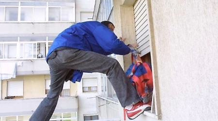 ladro sul balcone