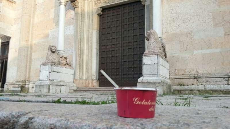 rifiuti sulla scalinata del Duomo (14)-800