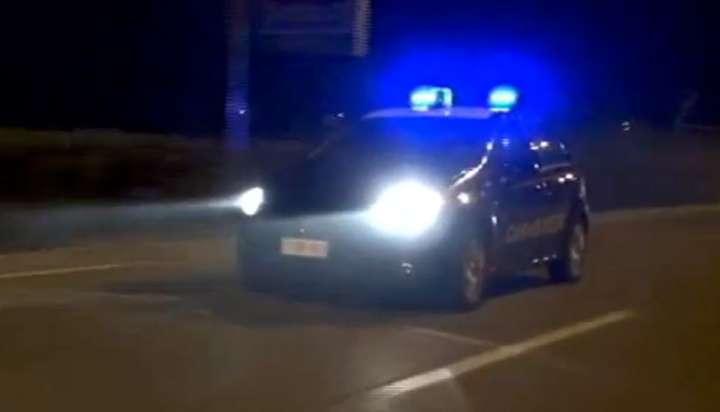 Rovescia cassonetti e si stende in strada poi aggredisce i carabinieri: arrestato 24enne