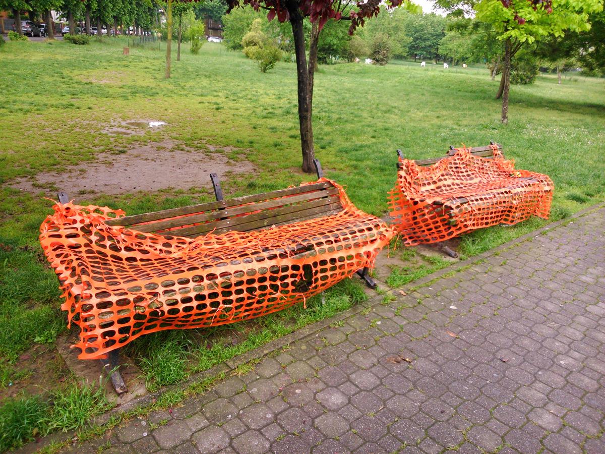 Giardini di via Arrigoni, panchine distrutte dal oltre un anno. Pericolose per i bambini