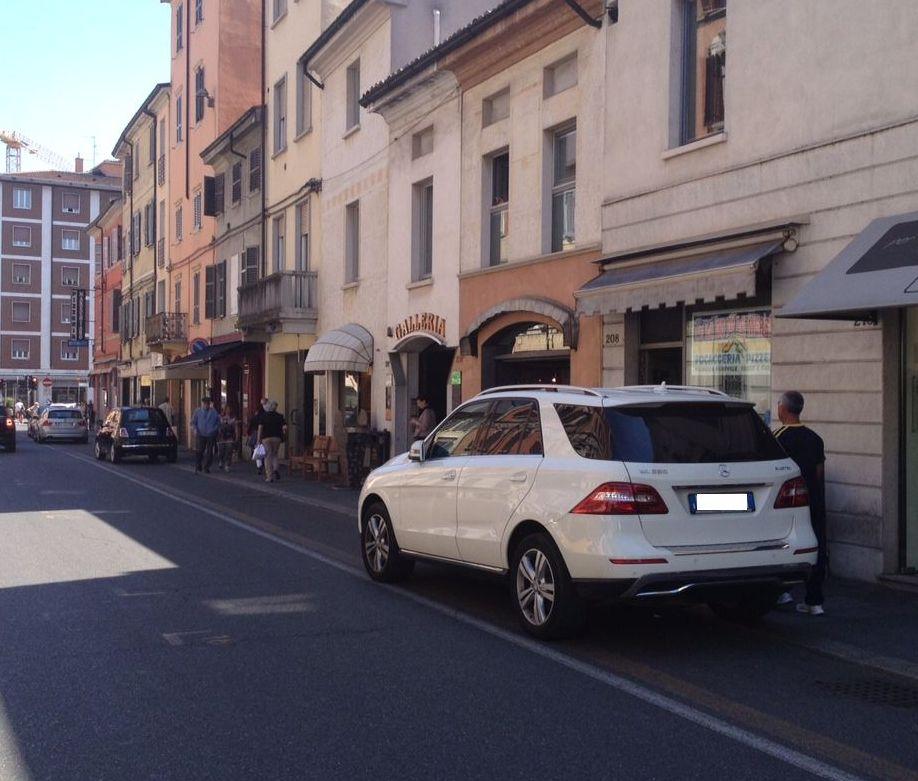 auto parcheggiate sulle poste ciclabili