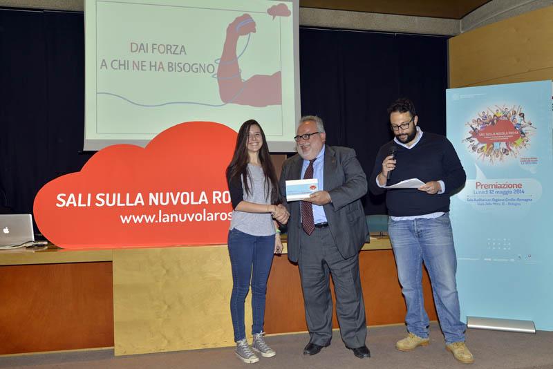 La premiazione di Anna Milza per la migliore opera grafica (vincitore assoluto), classe IV A Liceo Cassinari