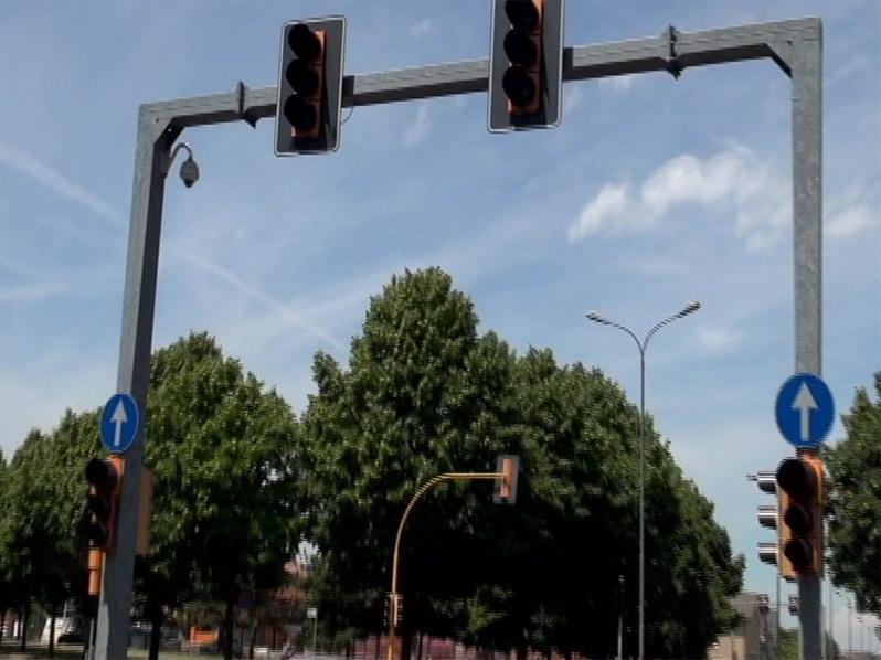 Via Pietro Cella, semaforo in tilt da ieri notte