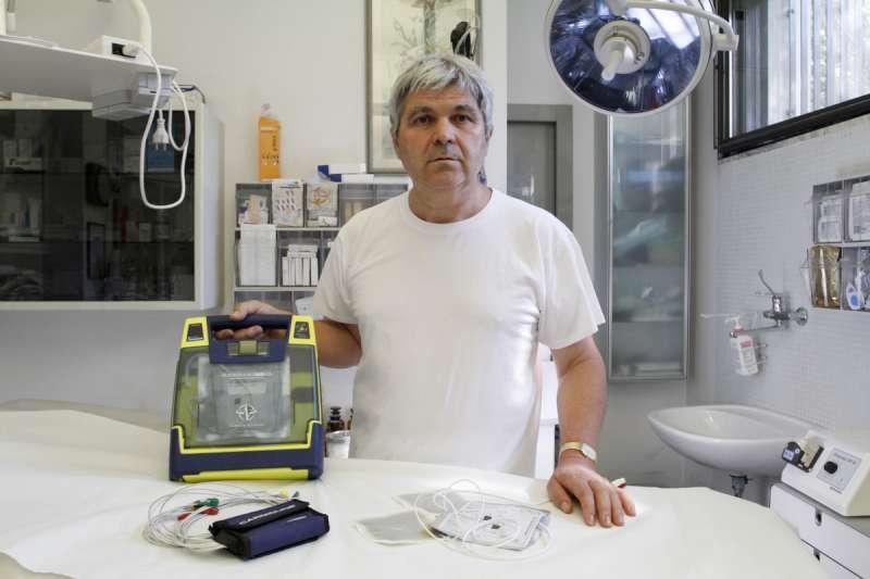 il dott. Roberto Tagliaferri con il defibrillatore (3)