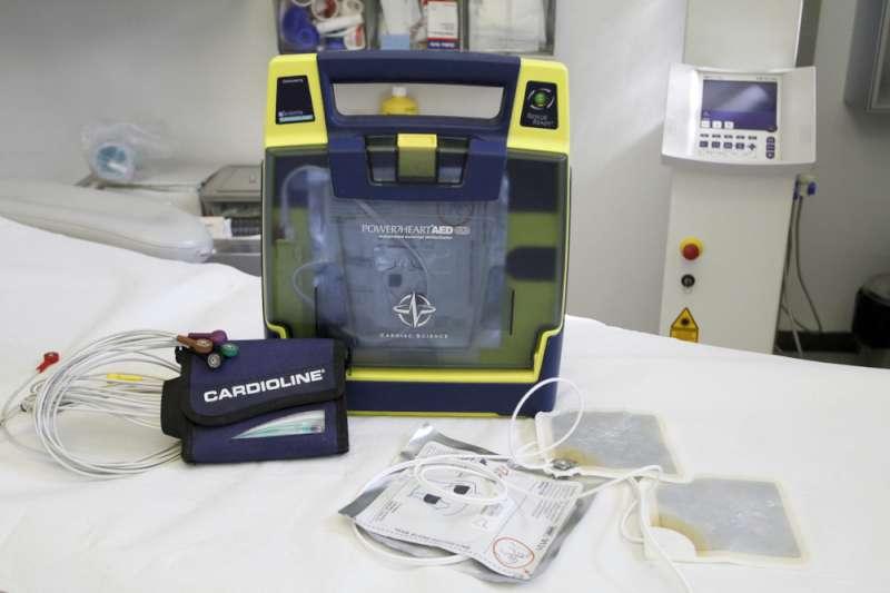 il dott. Roberto Tagliaferri con il defibrillatore (8)