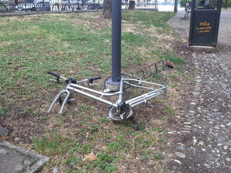 Bicicletta depredata ai giardini margherita