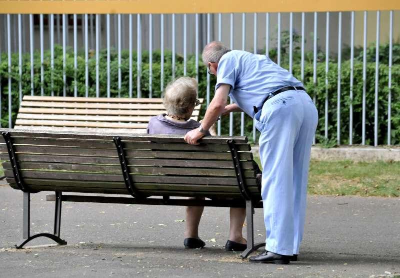 Anziani a passeggio sul Facsal (2)