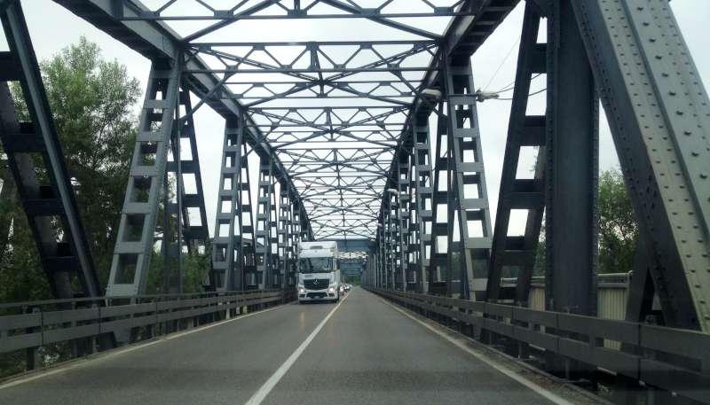 """Castelvetro, scade il divieto ai tir sul ponte: """"Subito prorogato"""""""